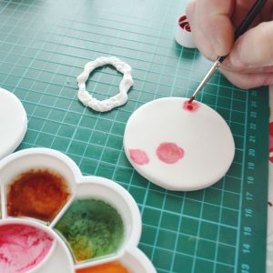 how-to-paint-flowers-on-fondant