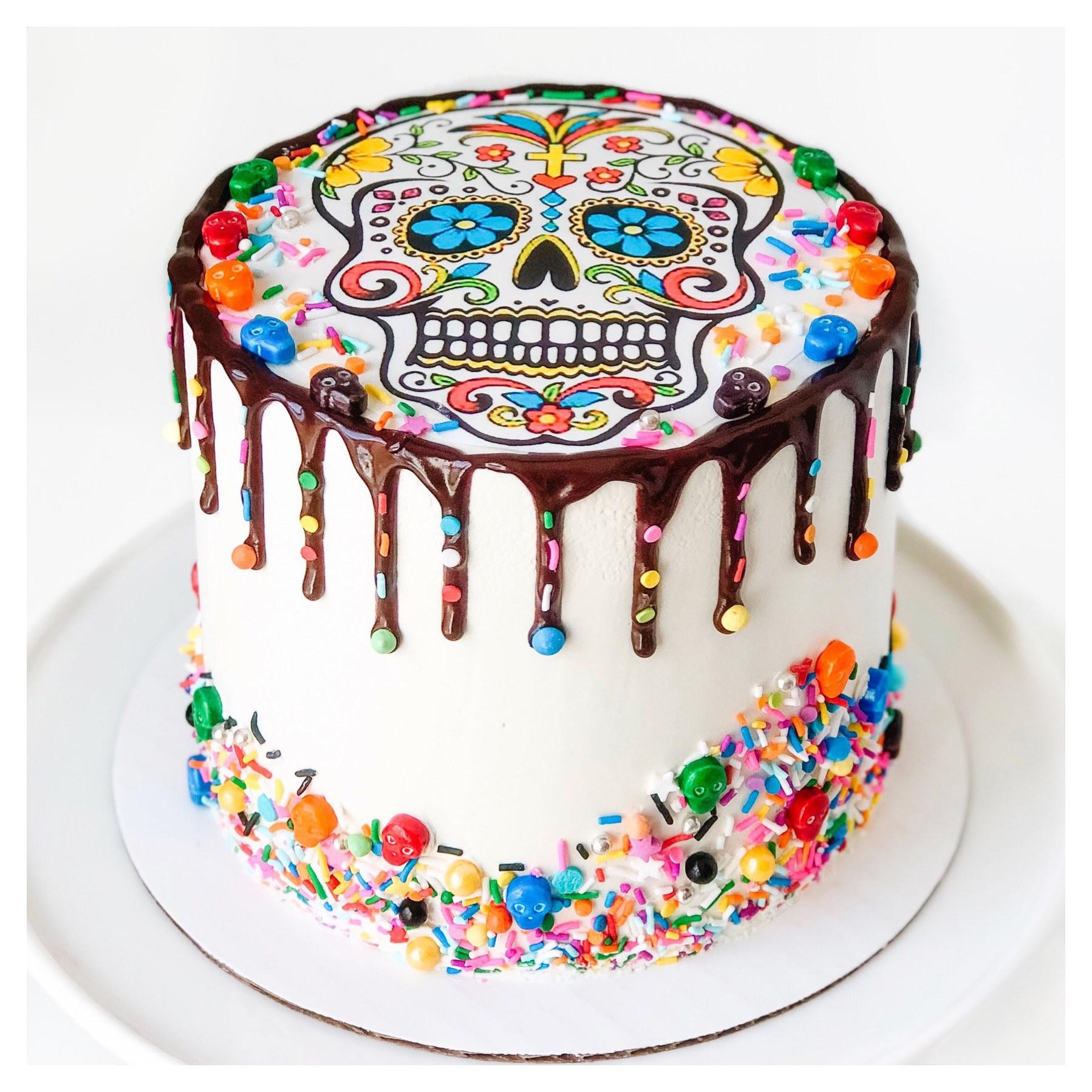 Торт с сахарной картинкой украшенный сладостями