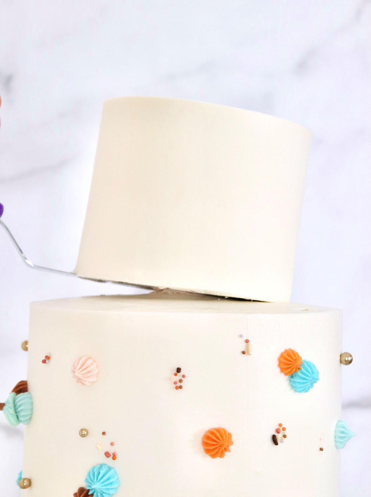 Secure and stack a two-tiered cake